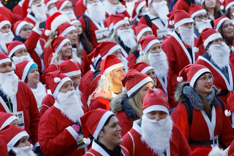 Πολύ Santas στα παραδοσιακά κόκκινα φορέματα και γενειάδα στο Stockhol στοκ φωτογραφίες