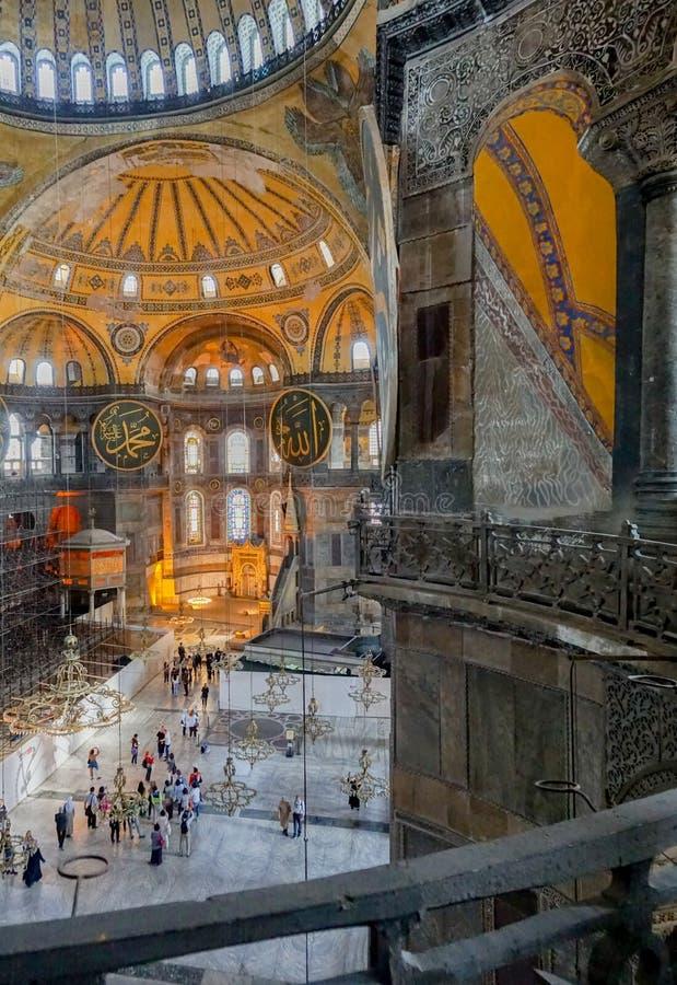 Πολύ visitin τουριστών και θαυμασμός του εσωτερικού του μουσείου Hagia Sofia στη Ιστανμπούλ στοκ φωτογραφία