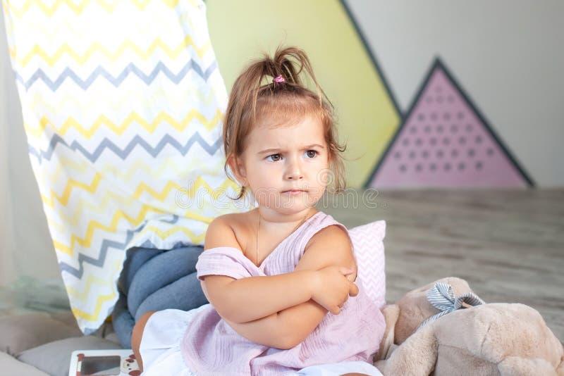Πονηρό κοριτσάκι Σήμα και χειρονομία έννοιας, συναίσθημα Αναστατωμένο κοριτσάκι έννοια του θυμού, απογοήτευση και βλάβη, αντιγραφ στοκ εικόνες