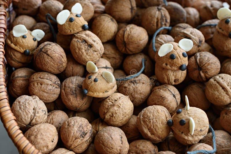 Ποντίκια με χειροποίητα χέρια κατασκευασμένα από κελύφη καρύδας μεταξύ πολλών καρυδιών στοκ φωτογραφία με δικαίωμα ελεύθερης χρήσης