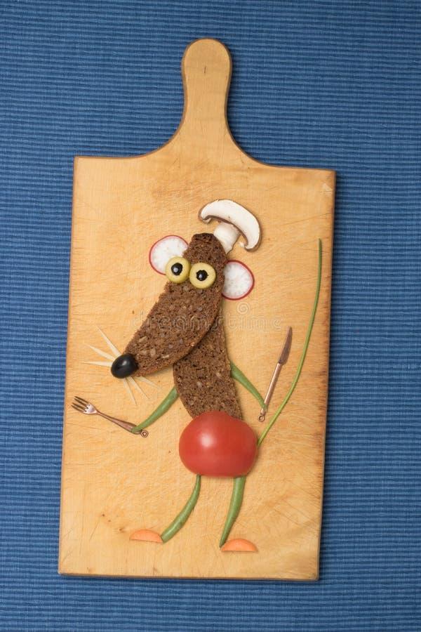 Ποντίκι που γίνεται με το μαύρα ψωμί και τα λαχανικά εν πλω στοκ εικόνες