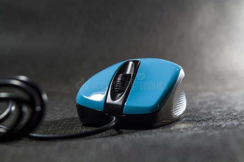 Ποντίκι υπολογιστών του φωτεινού μπλε χρώματος Μαύρες λεπτομέρειες πλαστικό σύγχρονες τεχνολογίες Μαύρη ανασκόπηση Υπολογιστής στοκ φωτογραφίες με δικαίωμα ελεύθερης χρήσης
