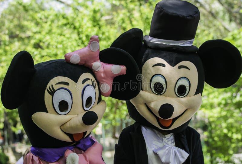 Ποντίκι &Minni Micky που περπατά στο πάρκο στοκ φωτογραφία
