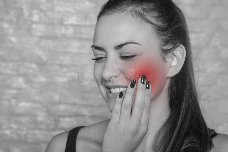 Πονόδοντος, νέα γυναίκα με ένα πρόβλημα στοκ φωτογραφία με δικαίωμα ελεύθερης χρήσης