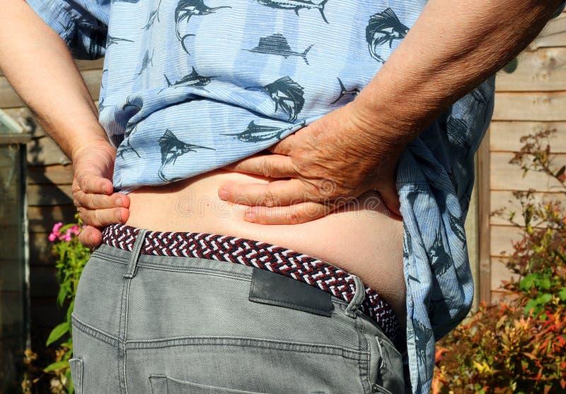 πονώντας πίσω τραυματισμός εικόνας βίωσης σπορείων αποκορεσμένος το αρσενικό soreness ώμων πόνου λαιμών μυών ατόμων μερικώς αυστη στοκ φωτογραφία με δικαίωμα ελεύθερης χρήσης