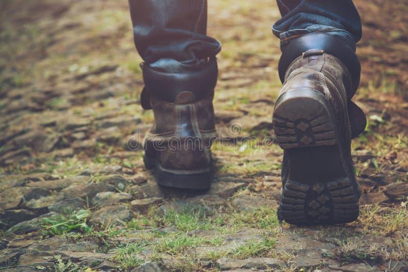 Πορεία ιχνών πεζοπορίας στη δράση βουνά ή δάσος με τα παπούτσια πεζοπορίας στοκ φωτογραφίες