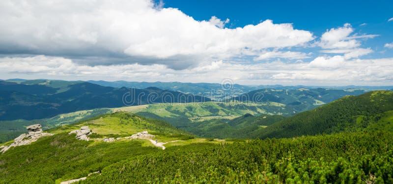 Πορεία πεζοπορίας σε μια σειρά βουνών πανοραμική στοκ φωτογραφία με δικαίωμα ελεύθερης χρήσης