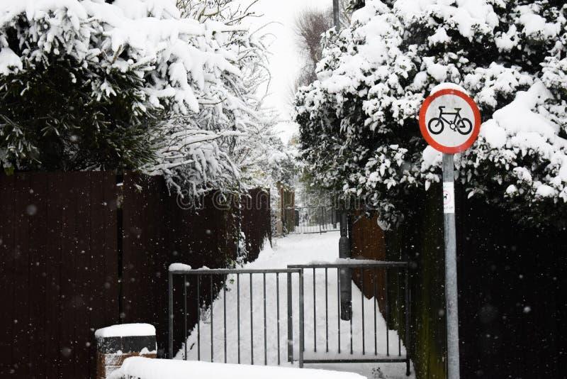 Πορεία ποδηλάτων με το σημάδι στο χιόνι στοκ φωτογραφία με δικαίωμα ελεύθερης χρήσης