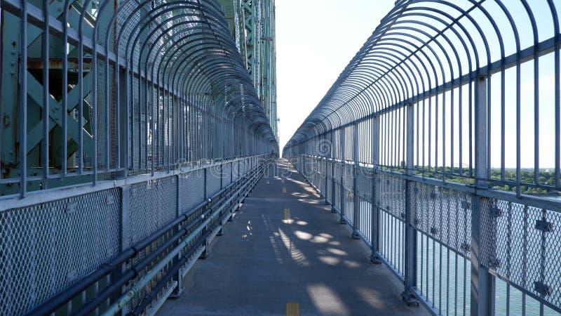 Πορεία ποδηλάτων σε μια γέφυρα στοκ φωτογραφία με δικαίωμα ελεύθερης χρήσης