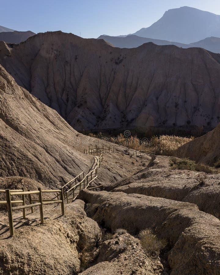 Πορεία που οδηγεί κάτω στην κοιλάδα στην έρημο στοκ εικόνες με δικαίωμα ελεύθερης χρήσης