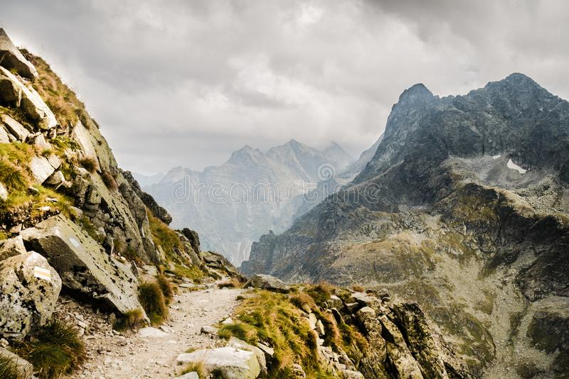 Πορεία στην αιχμή βουνών πέρα από το βάραθρο στοκ εικόνα με δικαίωμα ελεύθερης χρήσης