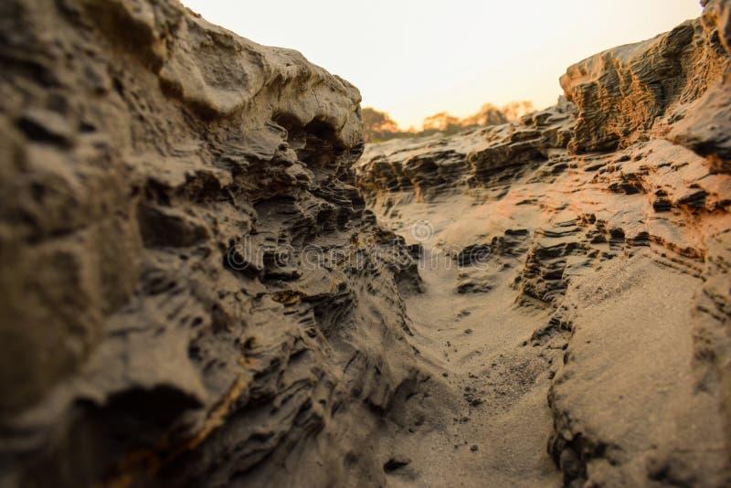 Πορεία φαραγγιών σε μια ηλιόλουστη ημέρα μέσα - μεταξύ των υψηλών βράχων στοκ φωτογραφίες