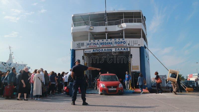 Πορθμείο από το λιμένα του Πειραιά: οι επιβάτες, η μεταφορά και τα αυτοκίνητα διαβιβάζονται στο νησί στοκ φωτογραφίες