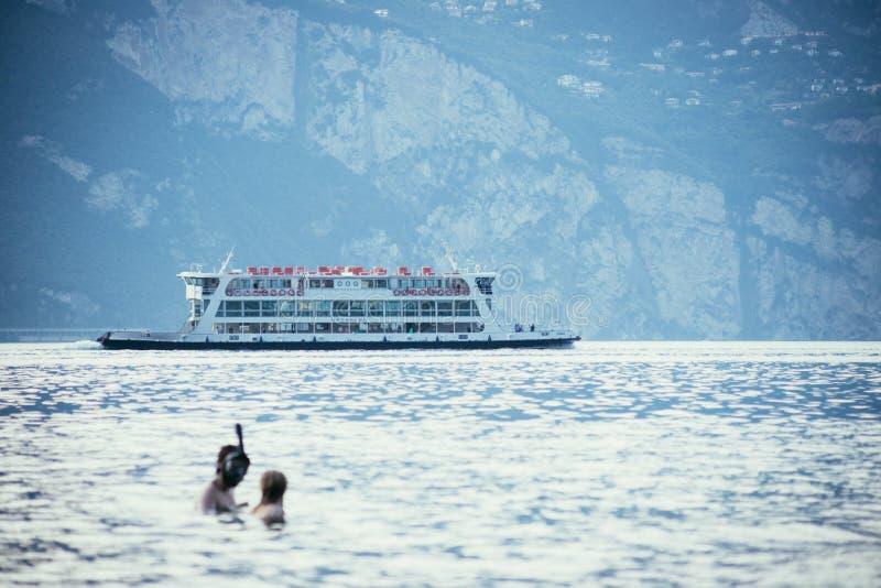 πορθμείο, πορθμείο αυτοκινήτων, πορθμείο, βάρκα, λίμνη, βουνά, Ιταλία, lago Di garda, garda, ιταλικά, θάλασσα, ωκεανός, μεταφορά, στοκ εικόνες με δικαίωμα ελεύθερης χρήσης
