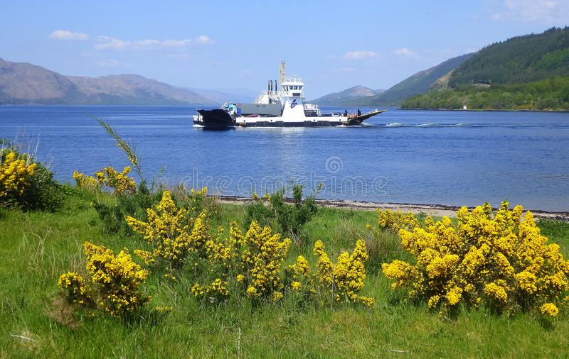 Πορθμείο αυτοκινήτων στη σκωτσέζικη λίμνη στοκ φωτογραφία με δικαίωμα ελεύθερης χρήσης