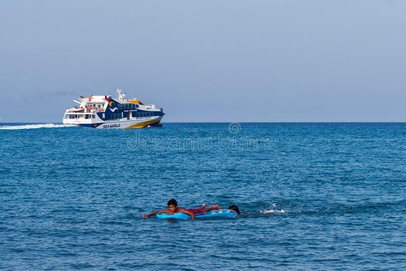 Πορθμείο και αγόρι στη θάλασσα στοκ φωτογραφίες με δικαίωμα ελεύθερης χρήσης