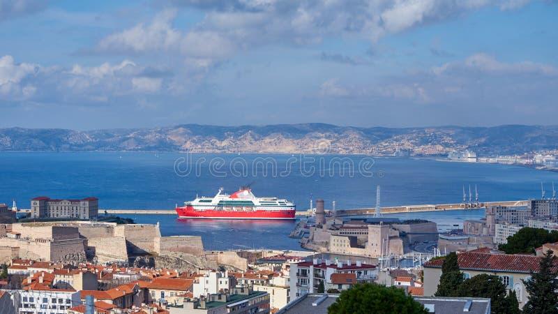 Πορθμείο που βγαίνει το παλαιό λιμάνι της Μασσαλίας στοκ φωτογραφία με δικαίωμα ελεύθερης χρήσης