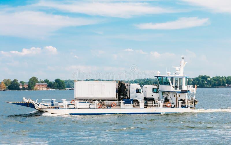 Πορθμείο που παίρνει τα αυτοκίνητα και τα φορτηγά που διασχίζουν το λιμάνι στοκ φωτογραφίες