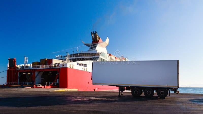 Πορθμείο που φορτώνει το φορτηγό εν πλω στο λιμένα στοκ εικόνες με δικαίωμα ελεύθερης χρήσης