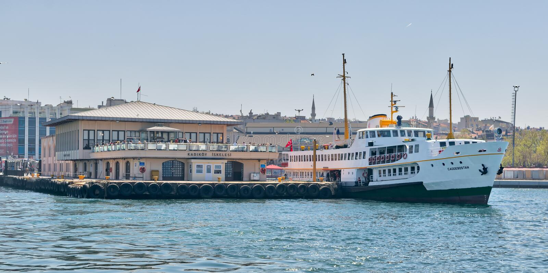Πορθμείο στο τερματικό πορθμείων Kadikoy που παίρνει έτοιμο για τη ναυσιπλοΐα μετά από τους επιβάτες που φορτώνουν στη μεσημβρία, στοκ εικόνες
