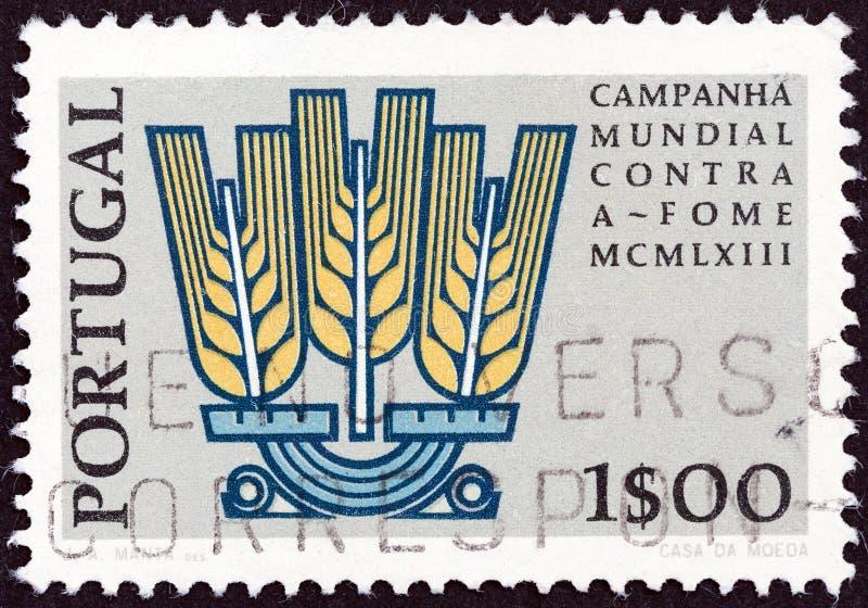 ΠΟΡΤΟΓΑΛΊΑ - ΠΕΡΊΠΟΥ 1963: Σφραγίδα τυπωμένη στην Πορτογαλία από το τεύχος 'Ελευθερία από την πείνα' δείχνει το έμβλημα της εκστρ στοκ εικόνες με δικαίωμα ελεύθερης χρήσης