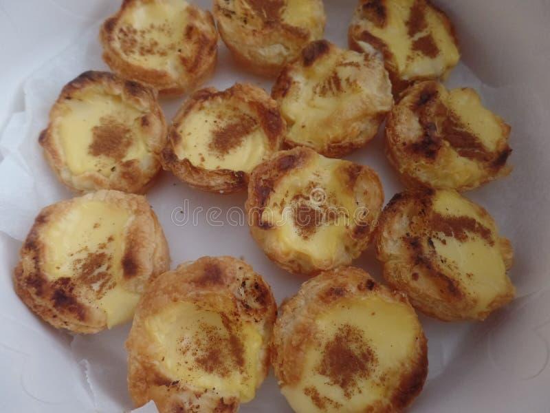 Πορτογαλικά tarts κρέμας σε έναν κασσίτερο κέικ στοκ φωτογραφίες με δικαίωμα ελεύθερης χρήσης