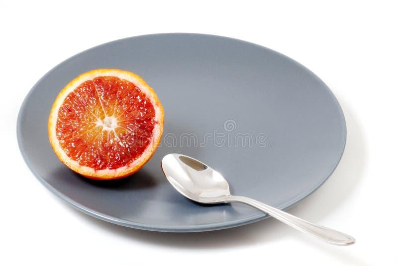 Πορτοκάλι αίματος σε ένα πιάτο στοκ φωτογραφία