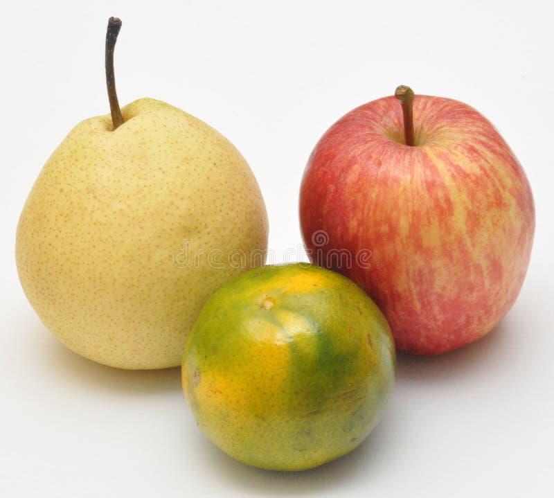 Πορτοκάλι και μήλο με το κινεζικό αχλάδι στο άσπρο υπόβαθρο στοκ φωτογραφία με δικαίωμα ελεύθερης χρήσης