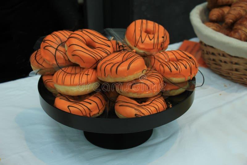 Πορτοκάλι που παγώνεται donuts στοκ εικόνες με δικαίωμα ελεύθερης χρήσης