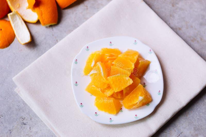 Πορτοκάλι που τεμαχίζεται στο άσπρο πιάτο στοκ εικόνες με δικαίωμα ελεύθερης χρήσης