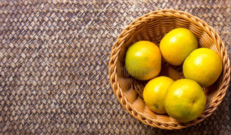 Πορτοκάλι στο καλάθι στοκ εικόνα