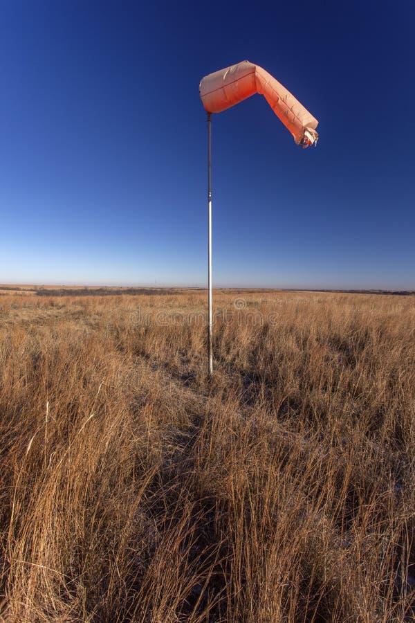 Πορτοκάλι windsock στο λιβάδι του Κάνσας στοκ φωτογραφία