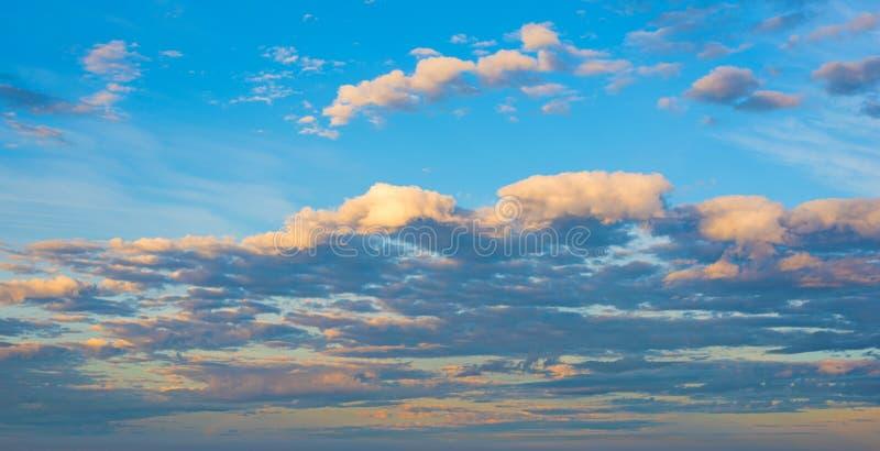 Πορτοκάλι και μπλε ουρανός στην αυγή στοκ φωτογραφίες
