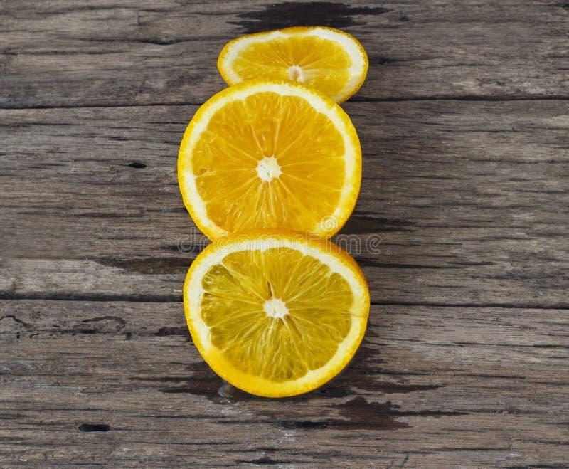 Πορτοκάλι που τεμαχίζεται στον ξύλινο πίνακα στοκ εικόνα με δικαίωμα ελεύθερης χρήσης