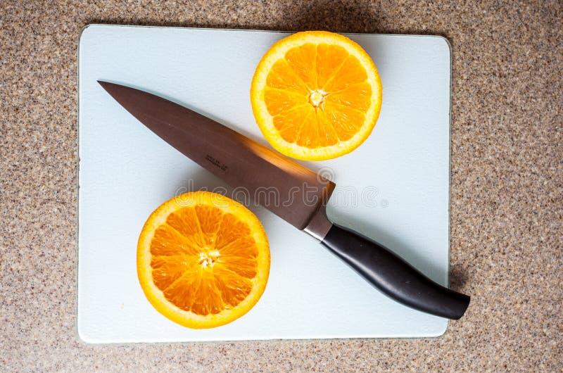 πορτοκάλι που τεμαχίζετ& στοκ φωτογραφίες