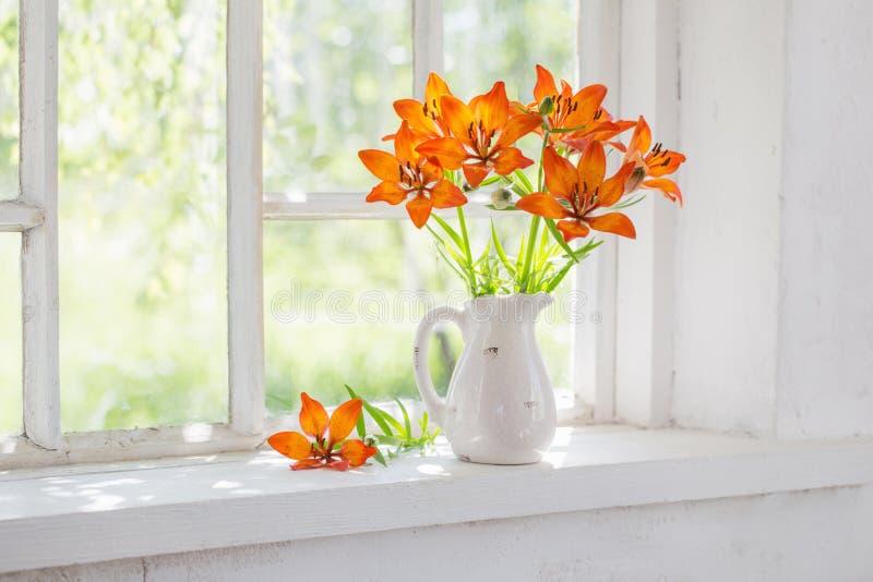 Πορτοκαλής κρίνος στο windowsill στοκ φωτογραφίες