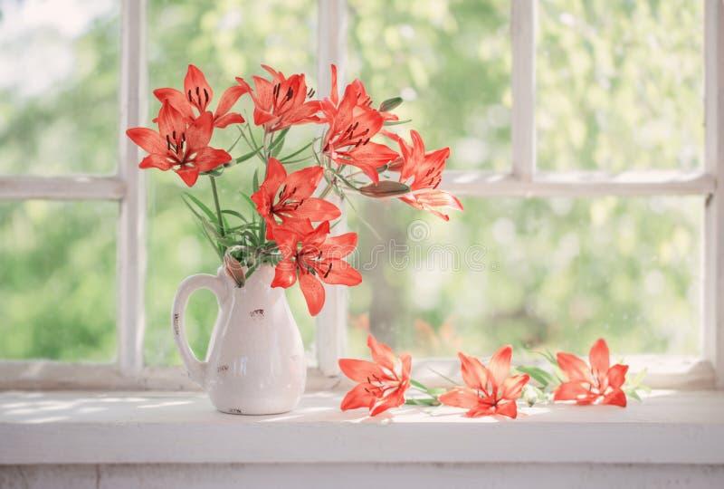 Πορτοκαλής κρίνος στο windowsill στοκ φωτογραφία με δικαίωμα ελεύθερης χρήσης