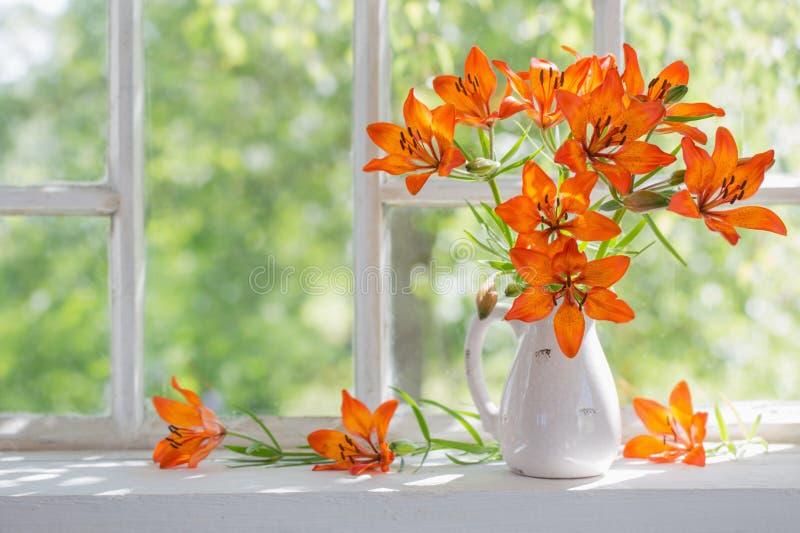 Πορτοκαλής κρίνος στο windowsill στοκ εικόνα με δικαίωμα ελεύθερης χρήσης