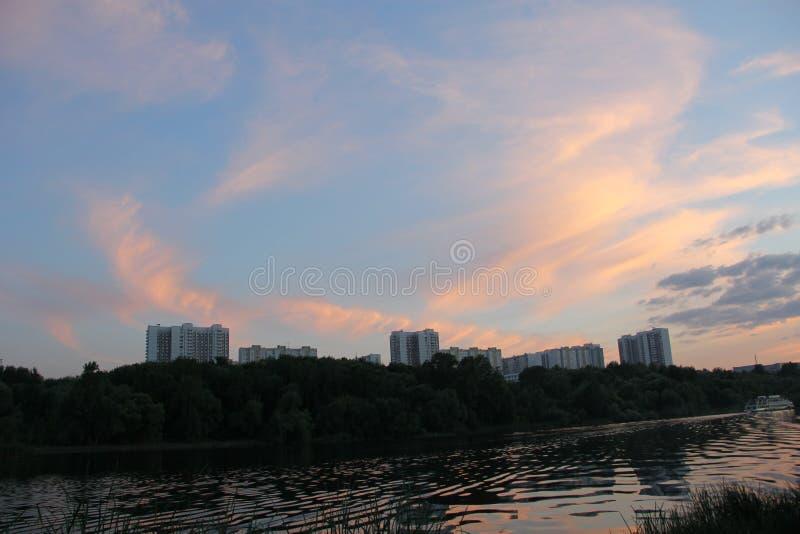 Πορτοκαλής ουρανός με τα σύννεφα στο ηλιοβασίλεμα το βράδυ στοκ φωτογραφία με δικαίωμα ελεύθερης χρήσης