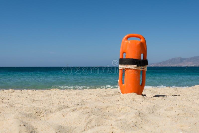 Πορτοκαλής σημαντήρας διάσωσης στην παραλία στοκ φωτογραφία με δικαίωμα ελεύθερης χρήσης