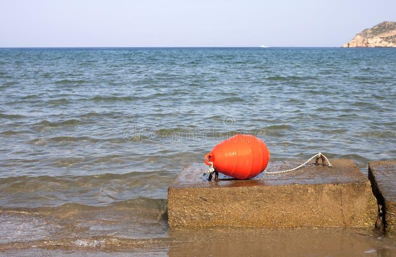 Πορτοκαλί αναγνωριστικό σήμα σε έναν βράχο στοκ εικόνες με δικαίωμα ελεύθερης χρήσης