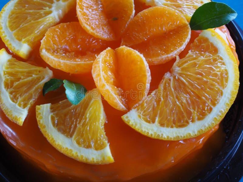 Πορτοκαλί κέικ με το πορτοκαλί κάλυμμα στοκ εικόνες