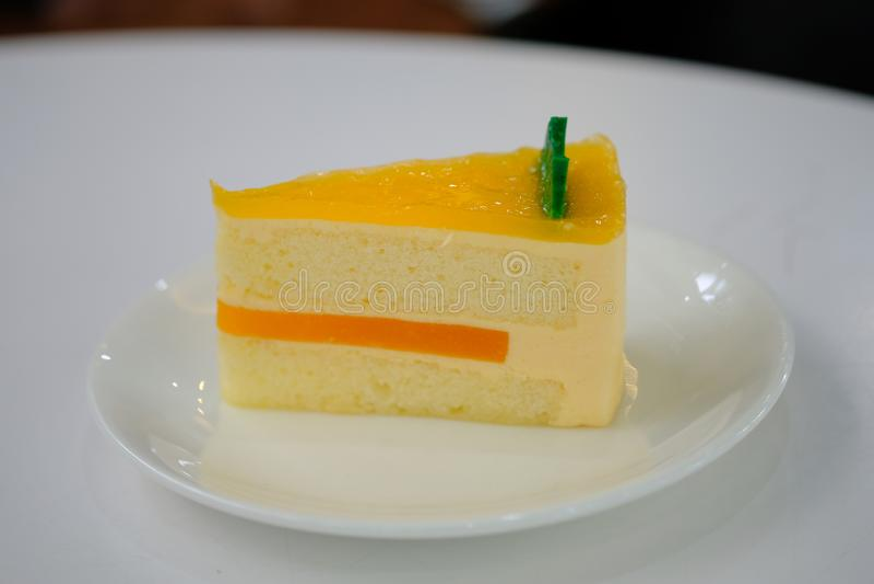 Πορτοκαλί κέικ στο άσπρο πιάτο στοκ εικόνα