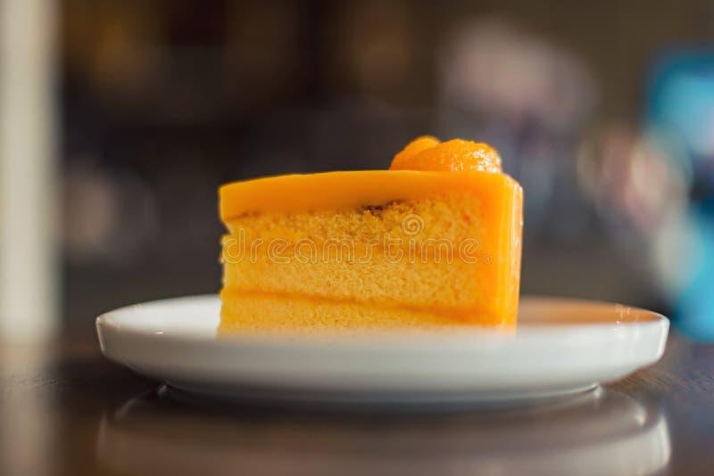Πορτοκαλί κέικ στο πιάτο, σπιτικό αρτοποιείο στοκ εικόνες