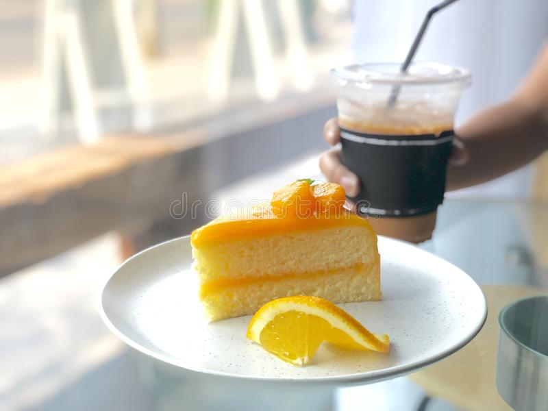 Πορτοκαλί πιάτο κέικ στοκ εικόνες