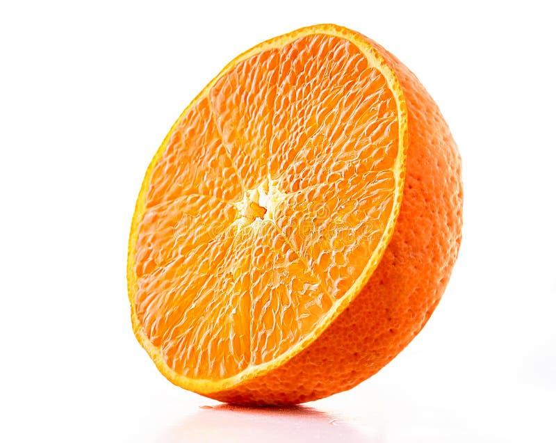 Πορτοκαλί juicy μισό tangerine που απομονώνεται στο λευκό στοκ εικόνα