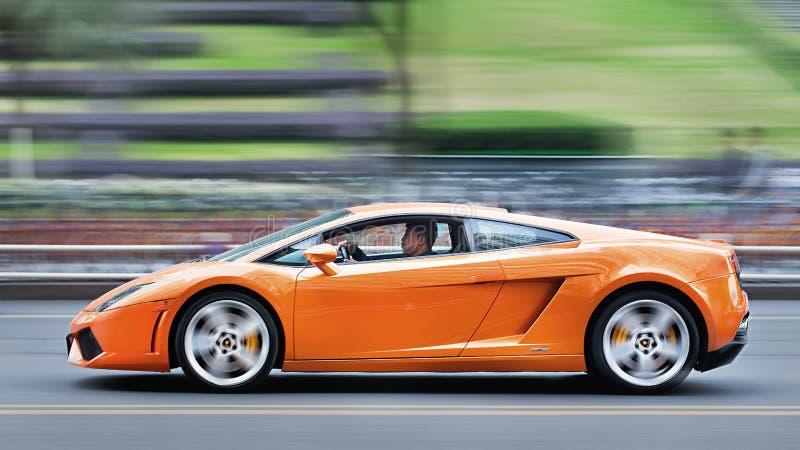 Πορτοκαλί Lamborghini Gallardo που οδηγά στην οδό, Σαγκάη στοκ εικόνες