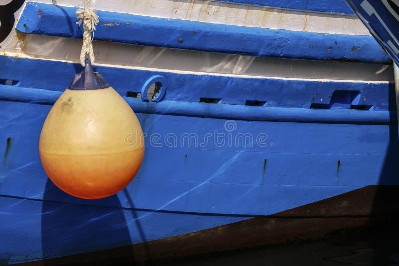 Πορτοκαλιά ένωση σημαντήρων από την πλευρά της μπλε βάρκας στοκ φωτογραφία με δικαίωμα ελεύθερης χρήσης