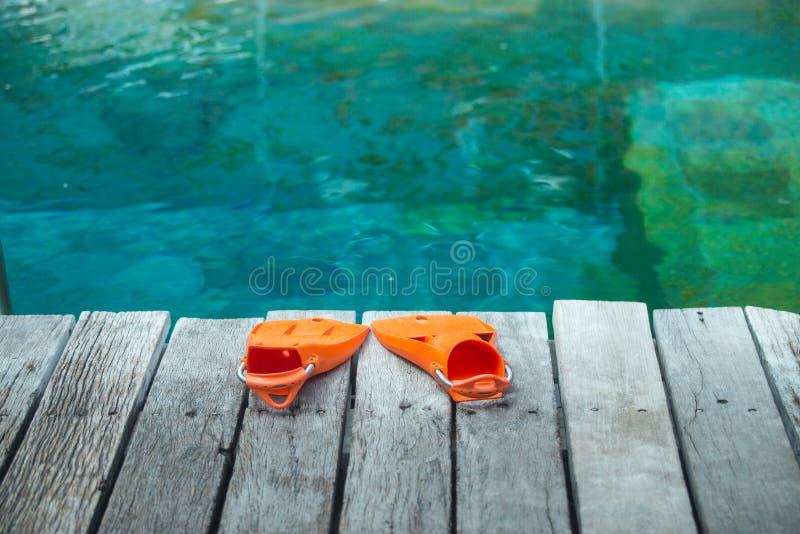Πορτοκαλιά βατραχοπέδιλα για την κατάδυση στοκ εικόνες