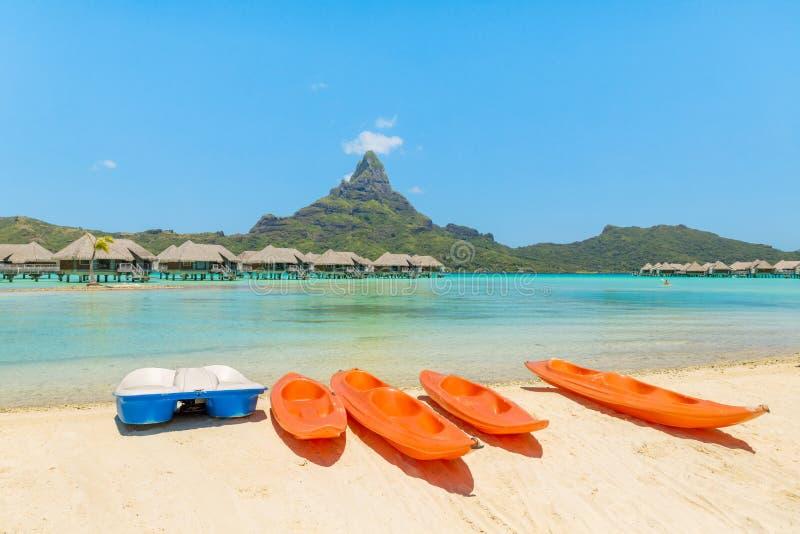 Πορτοκαλιά καγιάκ στην άσπρη παραλία άμμου, Bora Bora, Ταϊτή, γαλλικό POL στοκ εικόνα